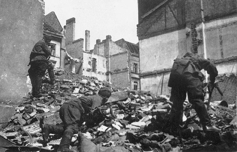 [Imagen: Soviet-soldiers-attack-through-Berlin-ru...chives.jpg]