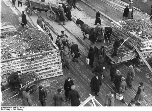 A roadblock at the S-Bahn station Hermannplatz in Neukölln is reinforced by Volkssturm with material from bombed-out houses. Bundesarchiv, Bild 183-J31387 / CC-BY-SA